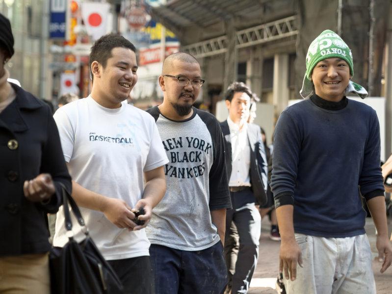 Un grupo de jóvenes caminando en la calle  Descripción generada automáticamente